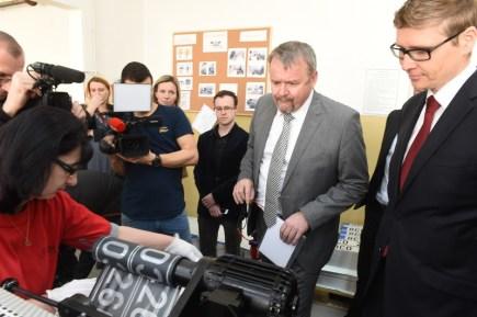 Ministr dopravy Dan Ťok (druhý zprava) navštívil 28. března ve Štětí na Litoměřicku nového dodavatele registračních značek společnost Security Paper Mill.