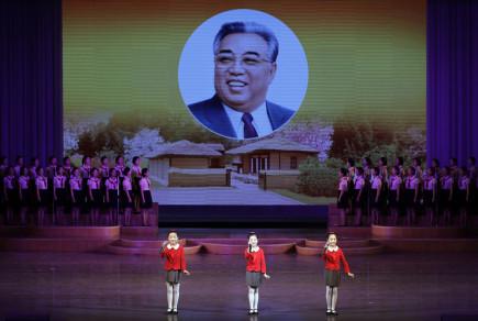 Vystoupení severokorejských školáků v Pchjongjangu před zahájením oslav 105. výročí narození zakladatele komunistického režimu Kim Ir-sena.