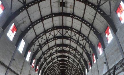 Ojedinělá stavba, o jejímž původním účelu dnes málokdo ví, se dosud vyjímá v průmyslové zóně v Příbrami. Objekt s obloukovou střechou (na snímku z 12. dubna) sloužil před válkou k hangárování pozorovacích balonů československé armády. Přestože jde o technický unikát, není zapsán v seznamu památek.