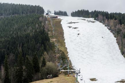 Ve Špindlerově Mlýně v Krkonoších skončila 17. dubna lyžařská sezona. Na snímku je areál ve Svatém Petru.