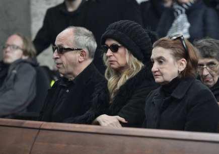 Poslední rozloučení s hercem a režisérem Jiřím Ornestem, 18. dubna v Praze. Zleva herci Jan Kraus, Ivana Chýlková a Eva Holubová.