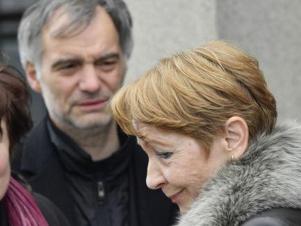 Poslední rozloučení s hercem a režisérem Jiřím Ornestem, 18. dubna v Praze. Ornestova manželka, herečka Daniela Kolářová a herec Ivan Trojan.