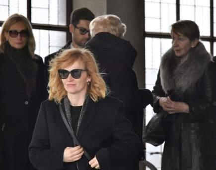 Poslední rozloučení s hercem a režisérem Jiřím Ornestem, 18. dubna v Praze. Herečka Aňa Geislerová a Ornestova manželka, herečka Daniela Kolářová (vpravo vzadu).