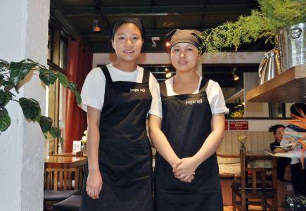 V jihočínském městě Kchun-ming na ulici je restaurace nazvaná Prague Café. Na stěnách uvnitř visí obrázky Pražského hradu a Karlova mostu. Kuchyně je mezinárodní, ale český pokrm v jídelním lístku není žádný. Majitelka svůj podnik pojmenovala na památku svého přátelství s Češkou, první cizinkou, kterou ve svém živote potkala. Na snímku z 12. dubna 2017 jsou zaměstnankyně restaurace.