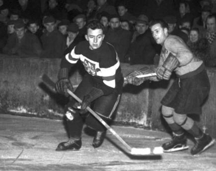 Augustin Bubník v akci při utkání ČSR - Harringy Racers na Zimním stadionu v Praze.