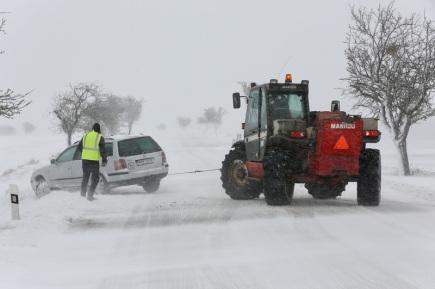Noční sněžení způsobilo 19. dubna v Moravskoslezském kraji největší problémy na Bruntálsku a Opavsku, kde napadlo až do 20 centimetrů sněhu. Především v horských oblastech se dnes na cestách kvůli silnému větru tvoří sněhové jazyky. Silničáři s ohledem na předpověď počasí předělávají další techniku na zimní provoz. Na snímku je situace na silnici z Opavy do Bruntálu