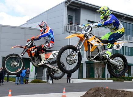 V Litoměřicích byla 19. dubna představena závodní motokrosová motorka poháněná elektromotorem (na snímku). Na snímku amatérský motokrosový jezdec Pavel Šumera (vlevo) a dvojnásobný mistr Evropy v motokrosu Petr Bartoš (vpravo) při motoshow na elektromotorkách.
