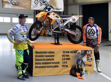 V Litoměřicích byla 19. dubna představena závodní motokrosová motorka poháněná elektromotorem (na snímku). Novinku představil její majitel Pavel Šumera (vpravo) a stroj si vyzkoušel dvojnásobný mistr Evropy v motokrosu Petr Bartoš (vlevo).