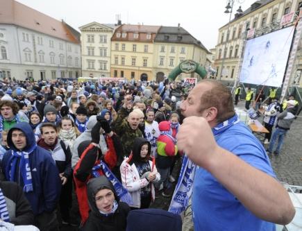 Čtvrtý zápas finále hokejové extraligy proti Liberci sledovali fanoušci Komety 19. dubna na Zelném trhu v Brně.