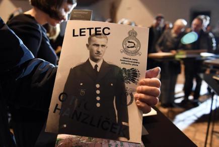 Vyhlášení výsledků soutěže o Nejkrásnější české knihy roku 2016 se konalo 19. dubna v pražském Letohrádku Hvězda. Na snímku je kniha Letec Otto Hanzlíček, která vyhrála první místo v kategorii Krásná literatura.
