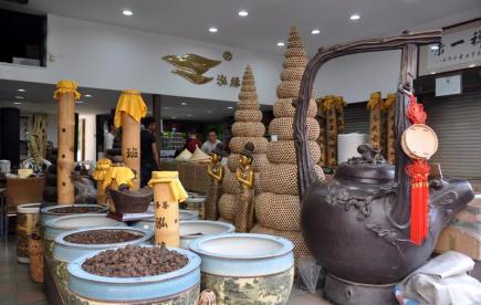 V jünnanské metropoli Kchun-mingu je největším trhem s čajem pchu-er trh Siung-ta (Xiongda), jenž se nachází na severovýchodě města (na snímku z 12. dubna 2017). Většinou se zde prodává čaj lisovaný do kotoučů po 375 gramech. Cena se přitom může v závislosti na kvalitě a letitosti hodně lišit, běžně jsou nabízeny čaje v rozmezí mezi 30 a 100 jüany (110 až 365 Kč) za kotouč, ve stejném obchodě ale mohou být jen o pár polic dál vystaveny čaje za 1800 jüanů (6555 Kč). Kromě disků čaje lze koupit i čaj sypaný nebo třeba chryzantémový. Pchu-er patří k nejdéle produkovaným a nejkvalitnějším čajům na světě - předpokládá se, že se vyrábí již 1700 až 2000 let. Zvláštní vůně a chuť pchu-eru je dána procesem fermentace.