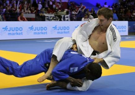 Český judista Ivan Petr (v bílém) podlehl 21. dubna na mistrovství Evropy ve Varšavě ve váze do 81 kilogramů Francouzovi Papemu Doudoovi NDiayemu.