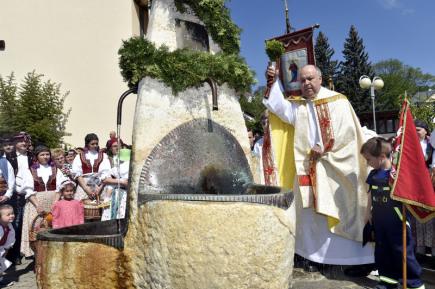 Svěcením a otevíráním léčivých pramenů začala 14. května oficiálně lázeňská sezona v Luhačovicích na Zlínsku. Na snímku je farář Hubert Wojcik při svěcení pramene Sv. Josefa.