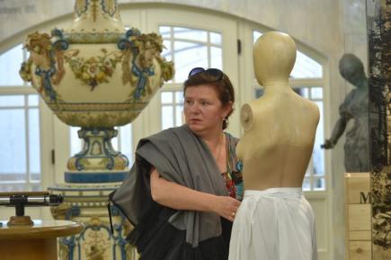 Muzeum Mattoni v Kyselce na Karlovarsku připravilo výstavu kostýmů z televizního historického seriálu Já, Mattoni. Snímek z 15. května zachycuje autorku kostýmů Andreu Královou při instalaci výstavy.