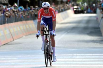 Nizozemský cyklista Tom Dumoulin dojíždí do cíle 10. etapy Giro d'Italia, kterou byla časovka. Dumoulin ji s  přehledem vyhrál a dostal se do čela celkového pořadí závodu.