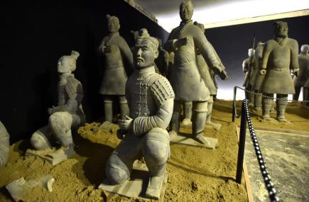 Sedm desítek vojáků slavné terakotové armády v životní velikosti, sochy bojových koní, zbraně i zmenšené repliky bojových vozů nabídne ve zlínských filmových ateliérech výstava nazvaná Terakotová armáda. Novinářům to 17. května řekl zástupce organizátorů Kamil Žurek. Jde o certifikované repliky soch terakotové armády z hrobky prvního čínského císaře dynastie Čchin. Výstava je veřejnosti přístupná od čtvrtka 18. května a potrvá do konce července.