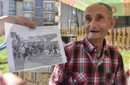 Pětasedmdesátiletý Stanislav Rataj (na snímku) byl 17. května v Pelhřimově zapsán do České knihy rekordů jako člověk, jenž s nadsázkou poslal nejvíc lidí do Prčic. Rataj je posledním žijícím zakladatelem turistického pochodu Praha - Prčice, nejmasovějšího dálkového pochodu s nejdelší nepřerušenou tradicí v ČR.