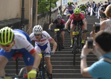 Exhibiční závod na horských kolech Pražské schody 17. května v historickém centru Prahy.
