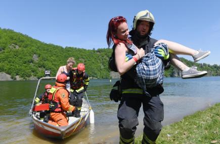 Simulovaný požár výletní lodi s 59 pasažéry je tématem cvičení záchranných složek, které začalo 18. května dopoledne na Slapské přehradě v Měříně na Benešovsku. Do akce je zapojeno šest desítek hasičů, policistů a záchranářů.