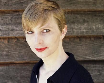 Čerstvě propuštěná Chelsea Manningová dnes zveřejnila svou fotografii, má na ní krátké vlasy a rty namalované rudou rtěnkou. Manningová, která si odpykávala trest za špionáž, opustila ve středu po sedmi letech vězení, kde nastoupila cestu ke změně pohlaví. Ještě jako Bradley Manning vynesla informace serveru WikiLeaks, ale původní třicetiletý trest jí zkrátil někdejší prezident USA Barack Obama.