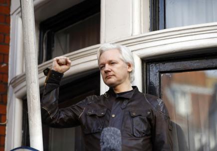 Julian Assange na balkóně ekvádorské ambasády v Londýně.