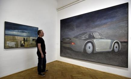 V Galerii Václava Chada ve zlínském zámku zahájili 19. května retrospektivní výstavu Theodora Pištěka. Na snímku jsou obrazy Racek letící do snu (vpravo) a Časné ráno.