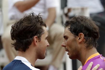Rakouský tenista Dominic Thiem (vlevo) přijímá gratulaci od  Rafaela Nadala ze Španělska.