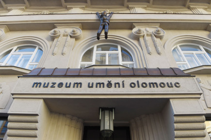 Fasádu Muzea umění v Olomouci zdobí nejnovější dílo Davida Černého, socha Lupiče v nadživotní velikosti. Do oken muzea šplhá ve výšce osmi metrů a navíc se díky důmyslnému zařízení neustále pohybuje po římse. Socha tvůrce známého svými kontroverzními a provokativními plastikami byla odhalena 19. května při příležitosti olomoucké Muzejní noci.