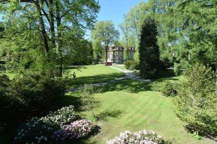 Schrothovy léčebné lázně v Dolní Lipové na Jesenicku zahájí 20. května po tříleté přestávce lázeňskou sezónu. Na snímku z 19. května je lázeňský park.