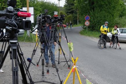 Novináři stále čekají 20. května na parkovišti před věznicí v Rýnovicích v Jablonci nad Nisou na propuštění Jiřího Kajínka.