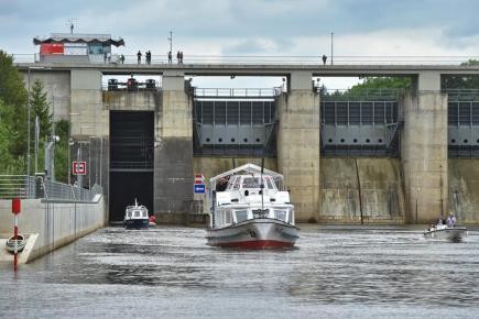 Nová plavební komora byla 20. května slavnostně otevřena na Hněvkovickém jezu u Týna nad Vltavou. Jde o poslední zdymadlo na vltavské vodní cestě mezi Českými Budějovicemi a vodním dílem Orlík. Na snímku proplouvá parník Malše hněvkovickou přehradou.