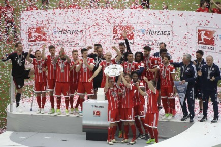 Fotbalisté Bayernu Mnichov s trofejí za ligový titul.