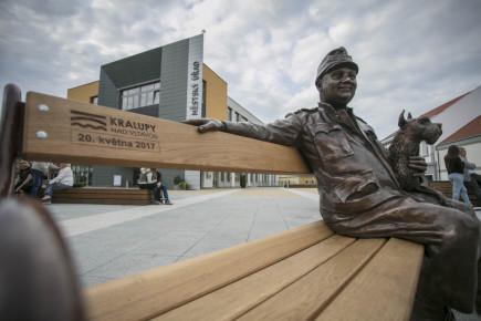 Před radnicí v Kralupech nad Vltavou na Mělnicku byla 20. května odhalena bronzová socha Josefa Švejka, která zpodobňuje hlavní postavu díla Jaroslava Haška Osudy dobrého vojáka Švejka za světové války. Autorem sochy je sochař Albert Králiček.