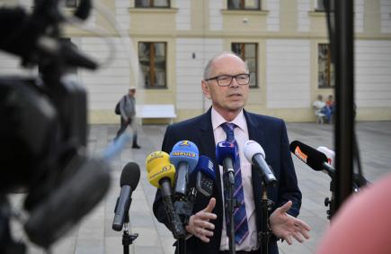 Kandidát na post ministra financí Ivan Pilný hovoří s novináři po schůzce s prezidentem Milošem Zemanem 23. května na Pražském hradě.