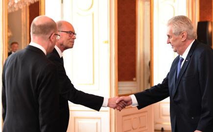 Prezident Miloš Zeman (vpravo) jmenoval 24. května na Pražském hradě poslance Ivana Pilného (ANO) novým ministrem financí namísto odvolaného Andreje Babiše. Vlevo je premiér Bohuslav Sobotka.