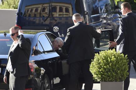 Prezident Miloš Zeman (druhý zleva) přijíždí do brněnského hotelu International, kde se 28. května sejde s ministryní školství Kateřinou Valachovou (ČSSD), která oznámila rezignaci na svou funkci. Zeman zítra v Brně zahajuje návštěvu Jihomoravského kraje.