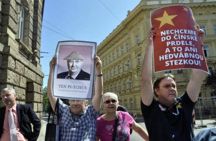 Několik lidí protestovalo 29. května proti prezidentu Miloši Zemanovi při jeho příjezdu k sídlu krajského úřadu , kde zahájil třídenní návštěvu Jihomoravského kraje. Měli vlajky Severoatlantické aliance a Moravy, další se vybavili plakáty ironizujícími vztah Zemana k Číně. Prezident jim při vstupu do budovy zamával.