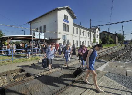 Cestující na brněnkém dolním nádraží, které 3. června začalo sloužit jako náhradní stanice za hlavní nádraží. Tam provoz vlaků od soboty omezí tříměsíční výluka. Bude se opravovat Pražský viadukt a čtvrté nástupiště, což znemožní vést přes nádraží 300 vlaků denně, tedy téměř tři čtvrtiny. Místo toho budou dálkové vlaky zastavovat v Židenicích a bude se jezdit jako v minulých letech při výlukách přes dolní nádraží, které obvykle slouží pouze nákladní dopravě. Výluka skončí až 10. září.