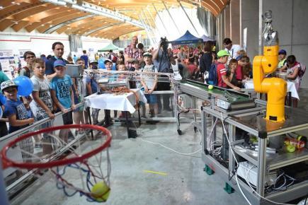 Na českobudějovickém výstavišti si zájemci mohli 15. června prohlédnout výstavu Dobrodružství s technikou, která nabídla na 200 exponátů od 50 jihočeských firem i odborných škol. Cílem výstavy bylo představit rodičům a dětem techniku jako perspektivní obor. Na snímku je prezentace robotiky pomocí košíkové v expozici společnosti Bosch.
