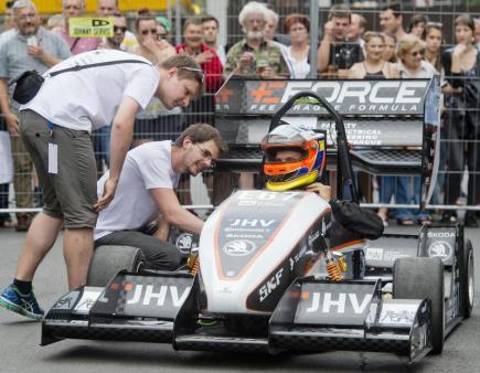 Studentský tým Českého vysokého učení technického v Praze (ČVUT) eForce FEE Prague Formula představil 16. června na Václavském náměstí šestou generaci své formule na elektrický pohon.
