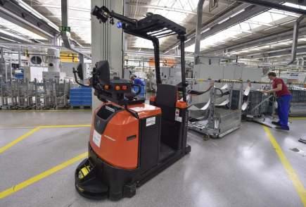 """Společnost Bosch Diesel Jihlava představila 16. června ve svém sídle v Pávově u Jihlavy plán modernizace řízení firmy """"Průmysl 4.0"""" a prezentovala přímo ve výrobě automatické, laserem naváděné vozíky s autopilotem (na snímku)."""