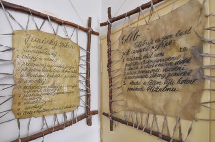 V nově opravených prostorách hradu v Ledči nad Sázavou se 17. června otevřelo Muzeum Jaroslava Foglara. Lidé tam najdou fotografie z nejrůznějších životních období autora legendárních Rychlých šípů, časopisy, knihy a tábornické potřeby včetně připomenutí skautingu na Ledečsku. Na snímku jsou vystavené originály z doby Foglarova vedení junáckého oddílu.