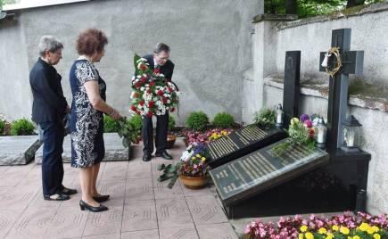 Zhruba pět desítek lidí 18. června na městském hřbitově v Přerově (na snímku) a nedalekém návrší uctilo oběti masakru karpatských Němců, Slováků a Maďarů československými vojáky na návrší zvaném Švédské šance nedaleko za městem. Vojáci tam v červnu 1945 kulkou do týla povraždili 265 nevinných lidí včetně žen a dětí. Historici jejich nelidský čin řadí mezi nejhorší případy msty na německy mluvícím obyvatelstvu v poválečném Československu. Širší veřejnost se o něm dozvěděla až po roce 1989.