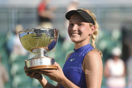 Chorvatská tenistka Donna Vekičová s pohárem za vítězství na turnaji v Nottinghamu.