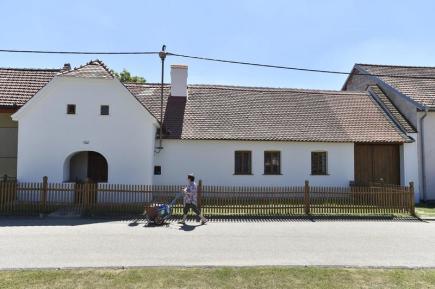 Za pět let opravili manželé Dvořákovi historickou selskou usedlost v Kučerově na Vyškovsku (na snímku z 19. června).