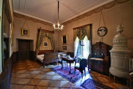 Turisté mohou od této sezony obdivovat podobu interiéru zámku Červená Lhota z počátku 20. století, tedy v podobě, v níž objekt obývali poslední majitelé, šlechtický rod Schönburg-Hartenstein. Na snímku z 19. června je ložnice s původními tapetami, které čekají na rekonstrukci.