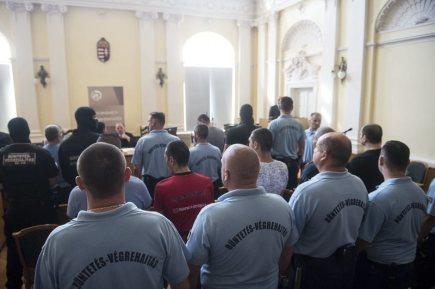 Dnes ráno začal v jihomaďarském městě Kecskemét soud se skupinou 11 mužů obžalovaných v souvislosti s předloňským úmrtím 71 migrantů v chladírenském voze. Prokuratura pro obžalované žádá dlouholeté tresty vězení včetně doživotí.