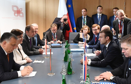 Francouzský prezident Emmanuel Macron (druhý zprava) na bruselské schůzce s premiéry skupiny V4.
