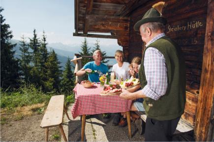 Posezení na chatě Steinberghütte (c) Zillertal Tourismus-Andre Schönherr
