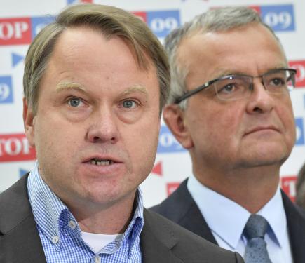 Předseda TOP 09 Miroslav Kalousek a předseda Liberálně ekologické strany Martin Bursík (vlevo).